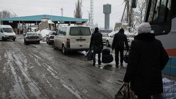 У пропускного пункта на границе Украины с Россией. Архивное фото