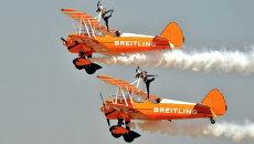 Британская аэробатическая пилотажная группа Breitling Wingwalkers на авиасалоне Aero India-2015 в Бангалоре, Индия