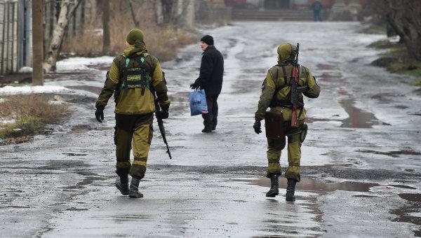 Ополченцы ДНР на одной из улиц Макеевки, Украина. Архивное фото