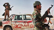 Боец оппозиции и наблюдатель с биноклем в городе Аждабия. Архивное фото