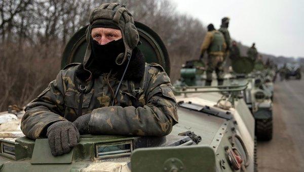 Солдаты украинской армии во время подготовки к отводу войск из окрестностей Дебальцево