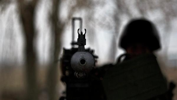 Солдат ВСУ с крупнокалиберным пулеметом на блок-посту возле Курахово, Украина.Архивное фото.