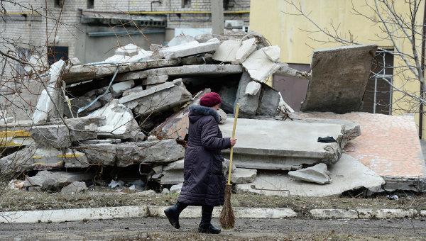 Женщина идет мимо разрушенного дома в Первомайске, Украина. Архивное фото