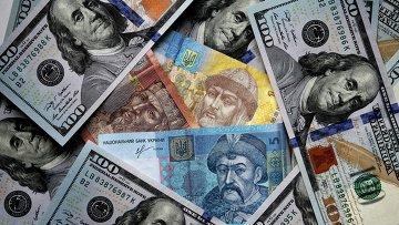 Денежные купюры и монеты США и Украины. Архивное фото