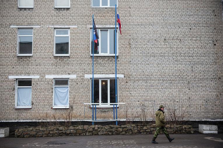 Флаги ДНР и России рядом со зданием штаба батальона Кальмиус в Донецке