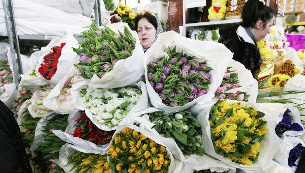 Продажа цветов к празднику 8 Марта. Архив
