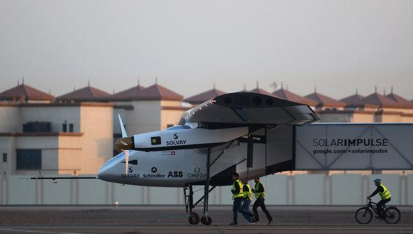 Самолет на солнечных батарейках  Solar Impulse 2 в аэропорту Абу-Даби
