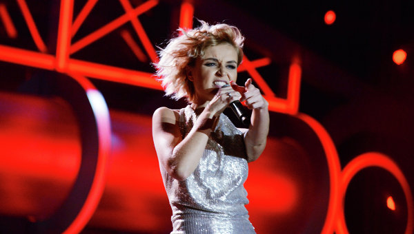 Певица Полина Гагарина выступает на музыкальном фестивале Песня года 2014