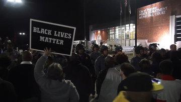 Афроамериканцы кричали и пели после отставки главы полиции в Фергюсоне