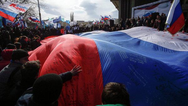 18-ти метровый флаг России на праздновании годовщины присоединения Крыма к России в Симферополе