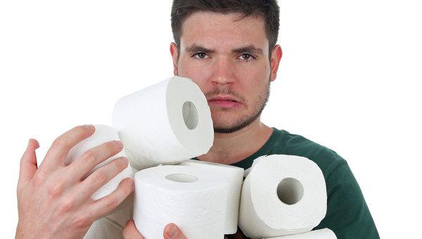 Мужчина держит в руках туалетную бумагу