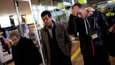Родственники и друзья пассажиров рейса авиакомпании Germanwings прибывают в аэропорт Барселоны
