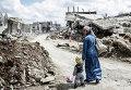 Женщина с ребенком в городе Кобани. Сирия, март 2015