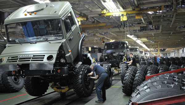 Цех сборки кузовов и шасси на автомобильном заводе КАМАЗ. Архивное