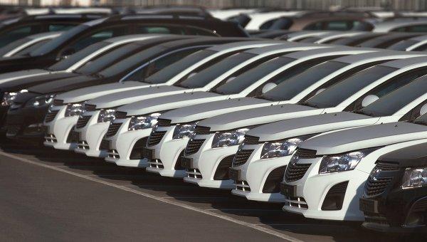 Автомобили Opel и Chevrolet на автостоянке возле завода General Motors в Санкт-Петербурге. Архивное фото