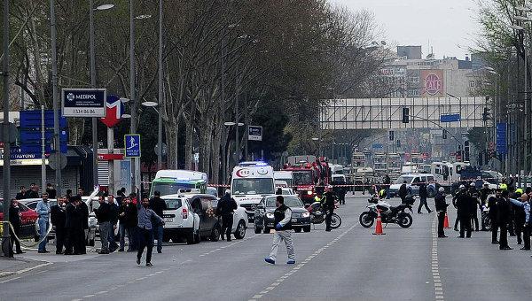 Турецкие полицейские недалеко от штаб-квартиры полиции в Стамбуле после нападения террористов. 1 апреля 2015