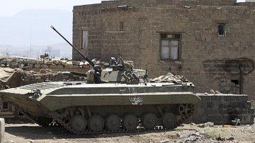 Бронированный военный автомобиль возле президентского дворца в Сане, Йемен