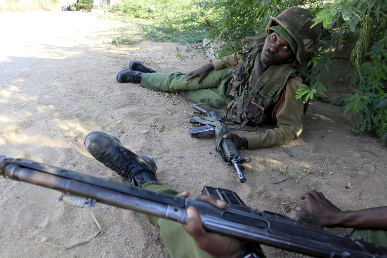 Кенийские военные недалеко от места нападения на университетский кампус в городе Гарисса