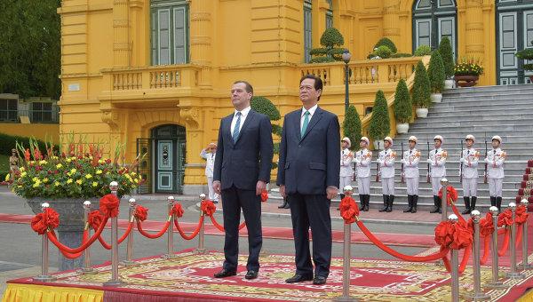 Председатель правительства РФ Дмитрий Медведев (слева) и премьер-министр Вьетнама Нгуен Тан Зунг