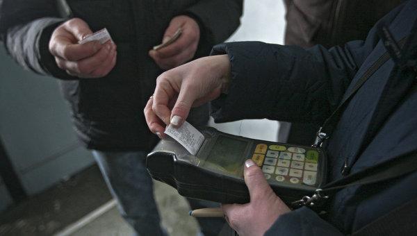 Кассир-контролер продает билеты в одной из пригородных электричек, архивное фото