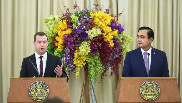 Председатель правительства России Дмитрий Медведев и премьер-министр Тайланда Прают Чан-Оча на пресс-конференции в Бангкоке, Тайланд
