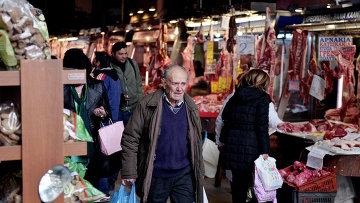 Покупатели в мясном отделе на центральном рынке в Афинах, Греция. Архивное фото