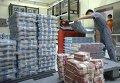 Сотрудники банка готовят денежные купюры для банкоматов и отделений в Джакарте, Индонезия