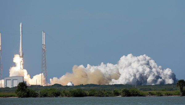 Старт ракеты SpaceX Falcon 9 с мыса Канаверал. Архивное фото