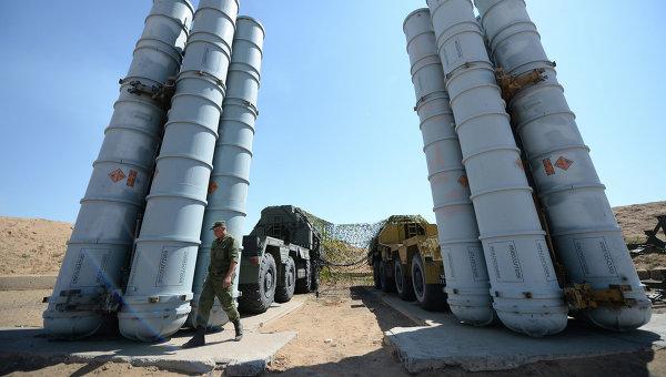 Военнослужащий возле зенитно-ракетной системы С-300ПС. Архивное фото