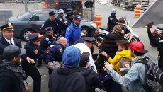 Жители Нью-Йорка дрались с силовиками на акции против произвола полиции
