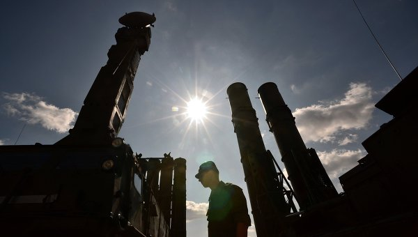 Военнослужащий у зенитно-ракетной системы С-300. Архивное фото