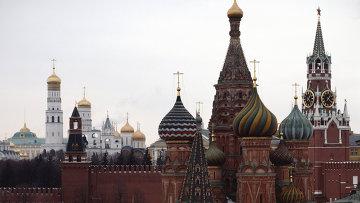 Вид на Покровский собор, Спасскую башню и соборы Московского Кремля. Архивное фото