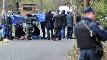 Криминалисты и работники полиции работают на месте убийства журналиста-оппозиционера Олеся Бузины в Киеве. Архивное фото