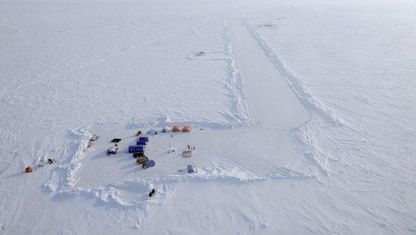 Вид на российскую дрейфующую станцию Северный полюс-2015 из вертолета