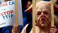 Участники мюнхенской акции протеста против соглашений о трансатлантической торговле в Европе