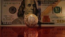 Доллары и рубли. Архивное фото
