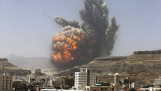 Дым над ракетной базой в столице Йемена Сане