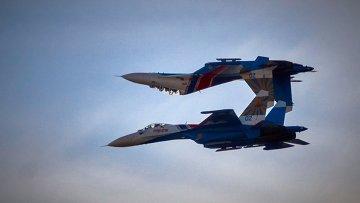 Пилотажная группа Русские Витязи на самолетах СУ-27 во время акции Военная служба по контракту - твой выбор! в Санкт-Петербурге