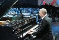 Премьер-министр РФ Владимир Путин играет на рояле на благотворительном концерте