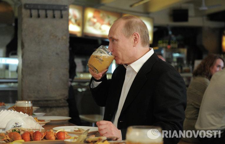 Председатель правительства РФ Владимир Путин во время посещения пивного бара Жигули