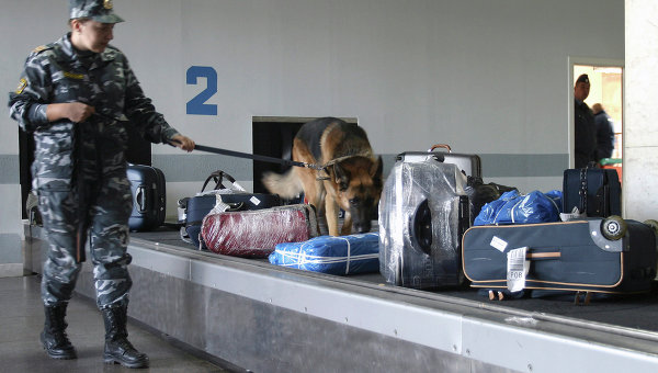 Проверка багажа в аэропорту. Архивное фото