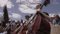 Симфонический оркестр сыграл на улице охваченного беспорядками Балтимора
