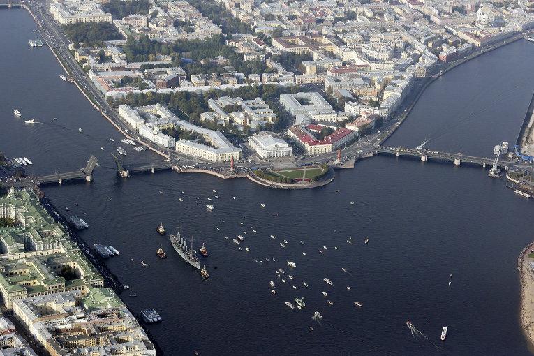 Буксировка крейсера Аврора в Санкт-Петербурге