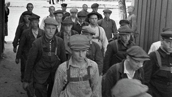 Запись на фронт. Новобранцы входят в ворота казармы им. Ворошилова. Москва, 23 июня 1941 года