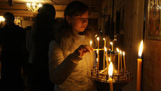 Прихожане ожидают прибытия гроба с телом священника Даниила Сысоева