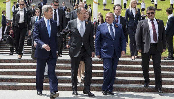 Глава МИД России Сергей Лавров и Государственный секретарь США Джон Керри во время встречи в Сочи. 12 мая 2015 год