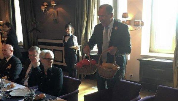 Сергей Лавров подарил Джону Керри помидоры и картошку