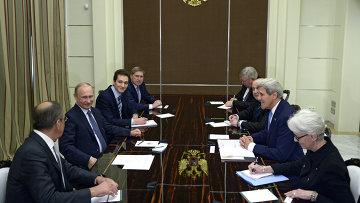 Президент России Владимир Путин и государственный секретарь Соединённых Штатов Америки Джон Керри (второй справа) во время встречи в резиденции Бочаров ручей в Сочи