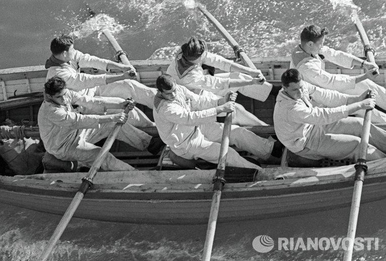 Сборная команда крейсера «Михаил Кутузов» по гребле