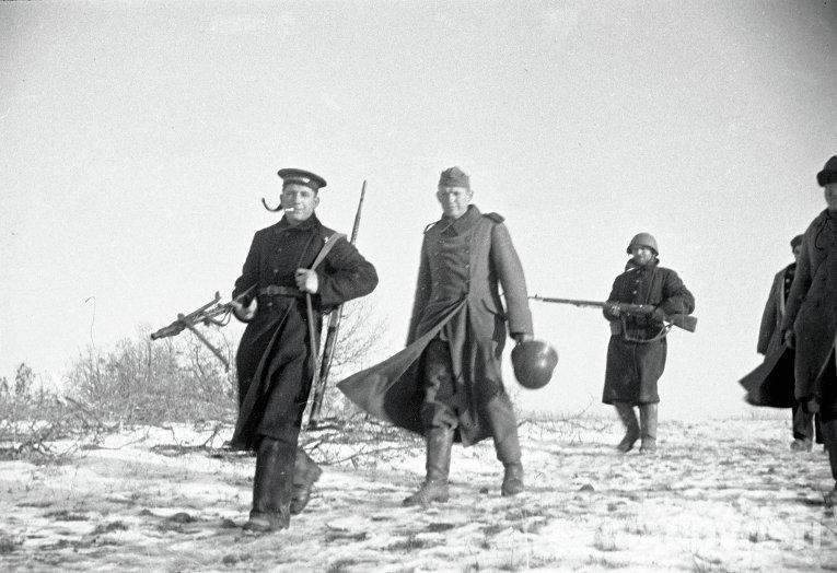 Моряк ведет немецкого солдата взятого в плен под Севастополем